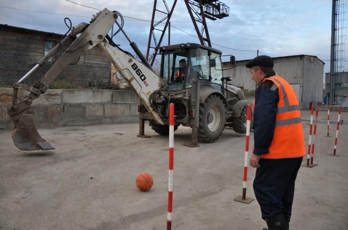 В Кирове водители экскаваторов сыграли в футбол