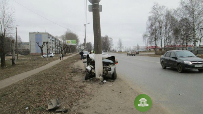 Кировчанка с маленьким ребенком врезалась в столб на ВАЗе