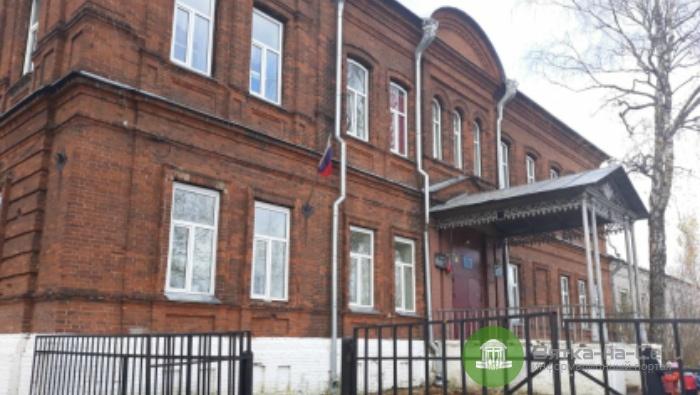 В школе Белой Холуницы на ученика упало окно, ребенок госпитализирован