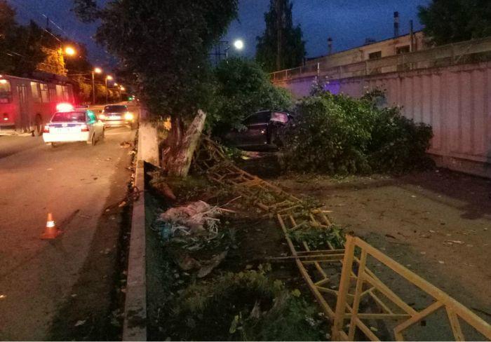 В районе завода ОЦМ иномарка снесла ограждение и дерево
