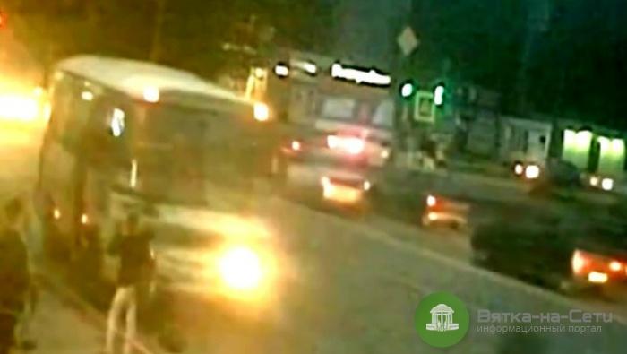 В Кирове автобус зажал дверями руку девушке и увез ее рюкзак (видео)