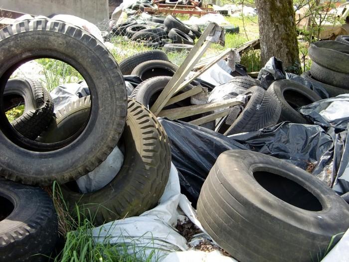 В микрорайоне Красный Химик обнаружены свалки отходов различных классов опасности