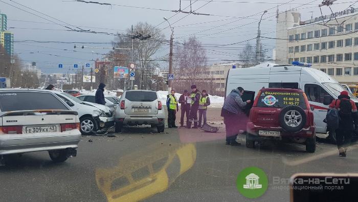 В Кирове машина скорой помощи попала в массовое ДТП (видео)