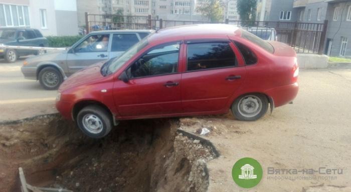 На улице Сурикова в Кирове автомобиль едва не провалился в огромную яму