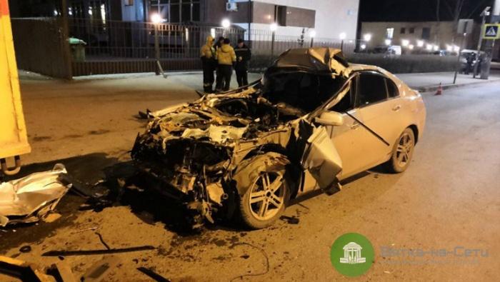 У вокзала в Кирове легковушка влетела под грузовик, водитель авто погиб