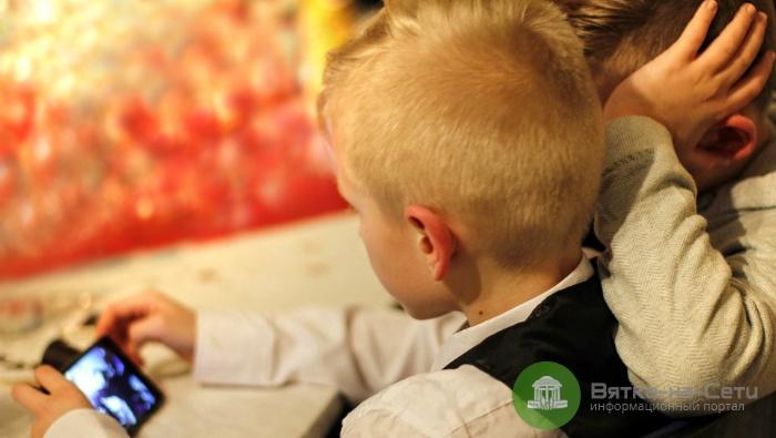 В Кировской области у детей-сирот появятся личные мобильные кураторы
