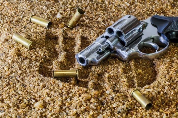 Как сдать оружие в полицию и сколько за это выплатят?