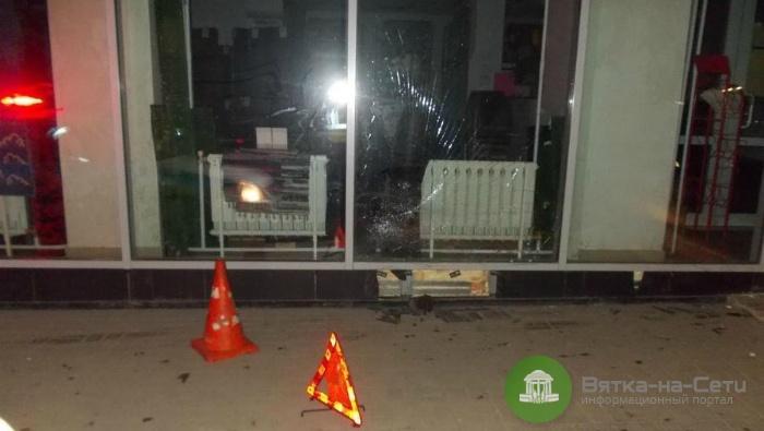 В Кирове водитель сбил пешехода и врезался в здание