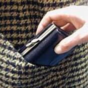Карманник вытащил у пенсионерки кошелек с 16-ю тысячами
