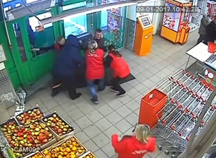 Сотрудники «Пятёрочки» скрутили похитителя продуктов (видео)