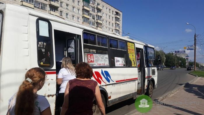В Кирове при резком торможении автобуса травмировалась девушка