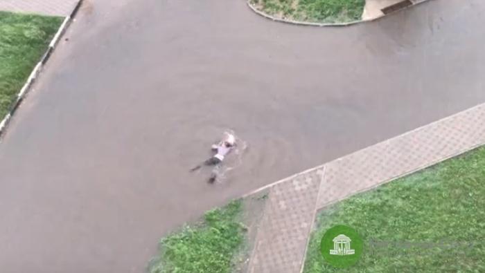 В Кирове мужчина искупался в огромной луже (видео)