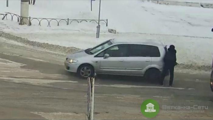 В Вятских Полянах авто проехало по ноге девушке (видео)