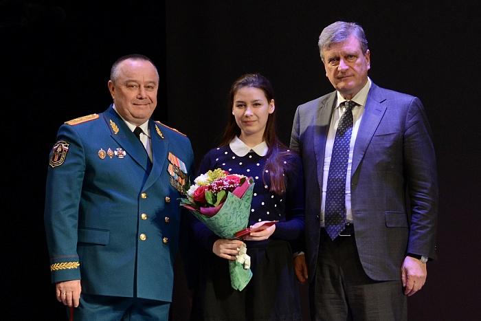 """Двум школьницам из Орлова вручили медали """"За отвагу на пожаре"""""""