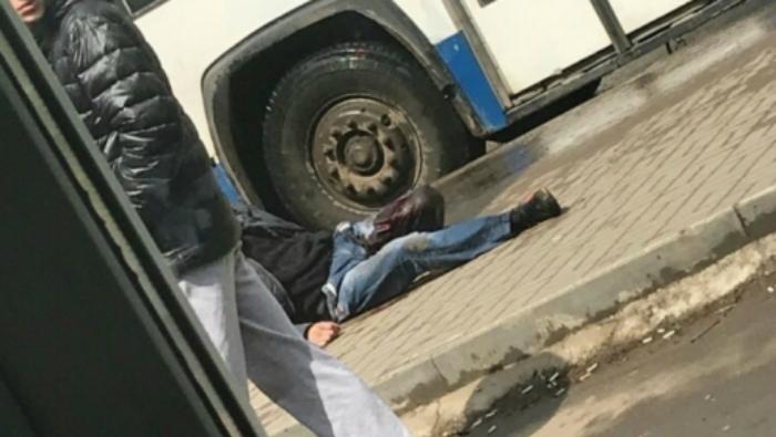 Соцсети: В Кирове неизвестные порезали мужчину на остановке