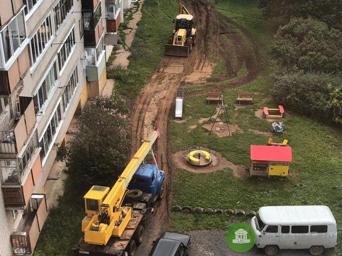 Во дворе на ул. Крупской тяжелая техника ездит к месту раскопок через детскую площадку