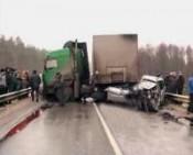 "Саратовский ""УАЗик"" врезался в костромской грузовик Volvo на автодороге Вятка"