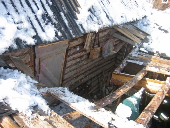Жительница Омутнинска не могла выбраться из дома из-за обрушившегося пристроя