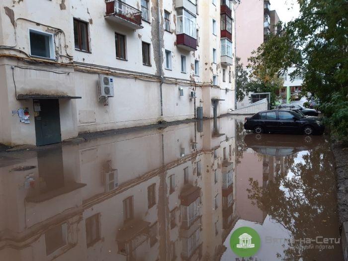После дождя в Кирове затопило улицы и магазин (Видео)