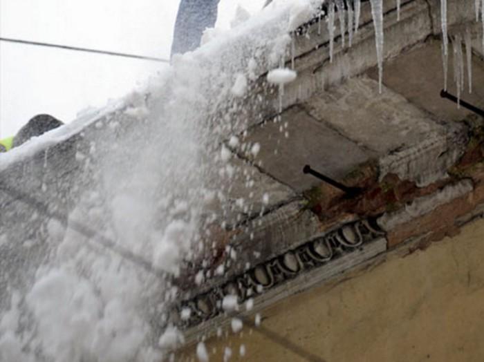 С крыши кировской поликлиники сорвался мужчина