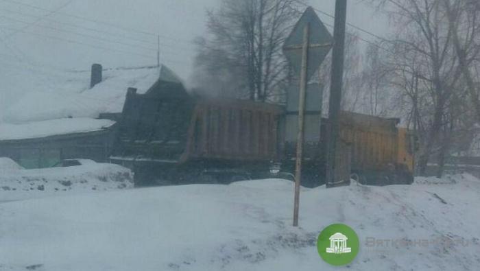 В Омутнинске легковое авто врезалось в прицеп, водитель погиб