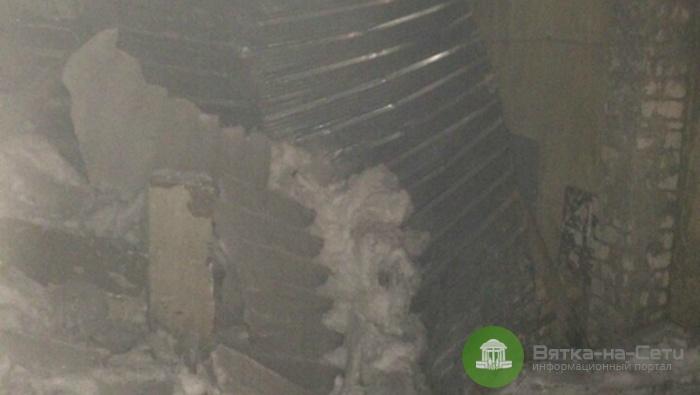 На улице Комсомольской рухнувший козырек подъезда заблокировал вход в дом