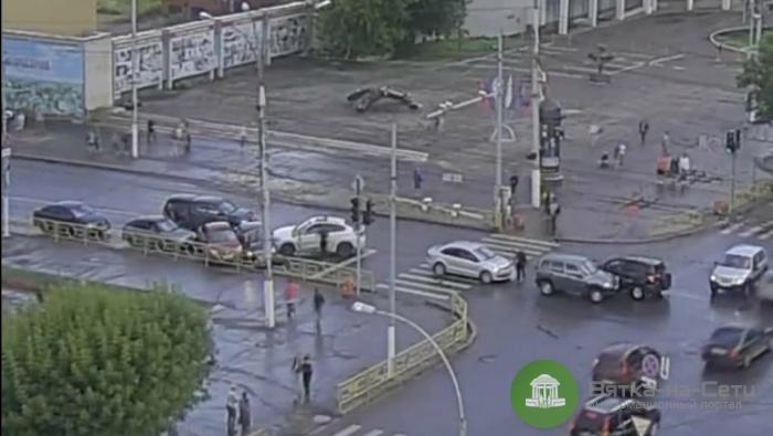 Рядом с мэрией города иномарка протаранила шесть машин