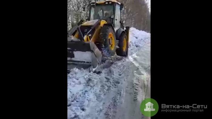 В мэрии прокомментировали холостую работу трактора на одной из улиц Кирова