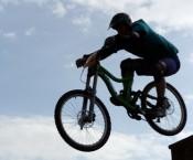 В велогонке формата кросс-кантри не обошлось без падений