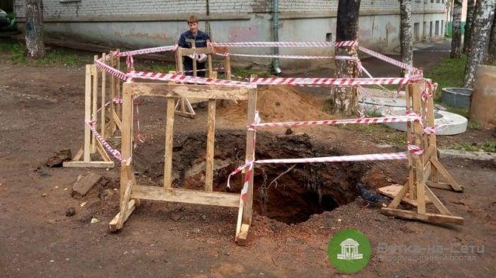 На улице Красина мужчина упал в яму