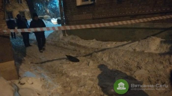 Кировчанке на голову упала глыба снега, женщина госпитализирована в тяжелом состоянии