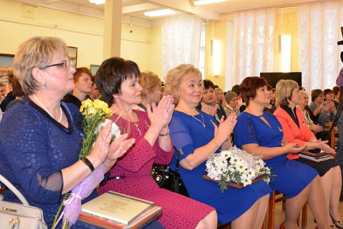 В Кировской области лучшим учителям начальных классов вручили премию имени А.Н. Тепляшиной