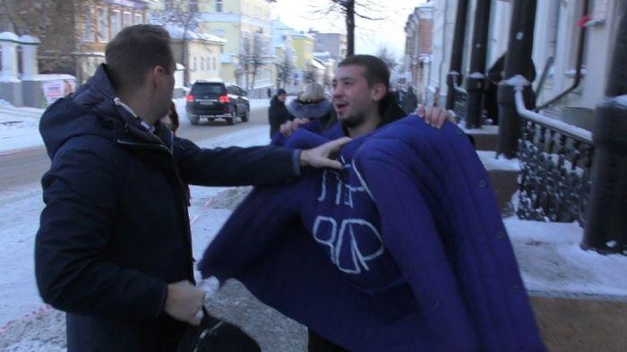 В Кирове Навальному подарили ватник с надписью «Леша вор» (видео)