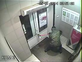 В Кирове неизвестный взломал банкомат топором