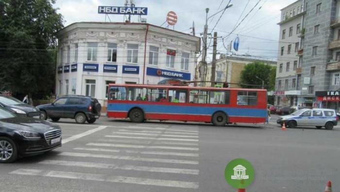 В Кирове под колеса троллейбуса попала 19-летняя девушка