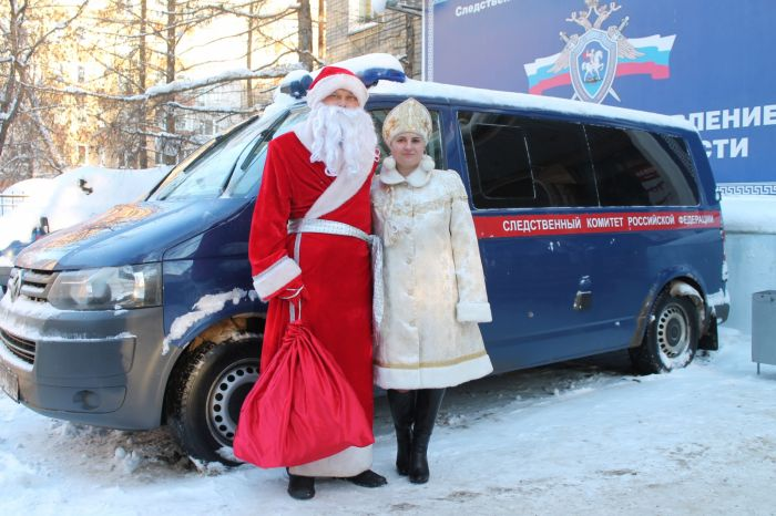 Следователи приехали в костюмах Деда Мороза и Снегурочки