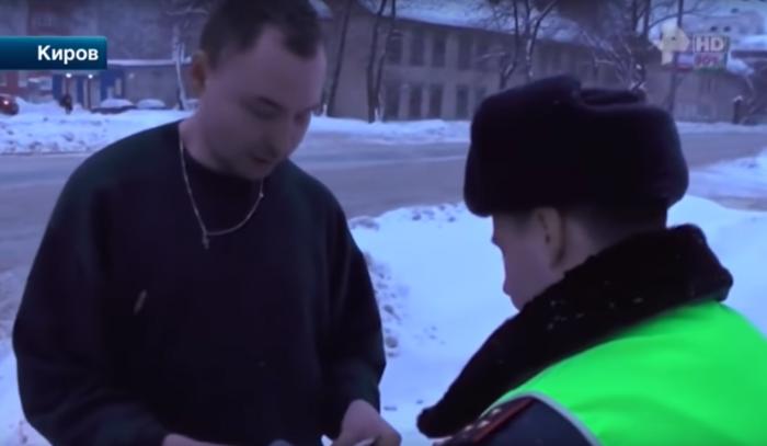 В Кирове пьяный сутенер целовал ноги сотрудникам ГИБДД (видео)