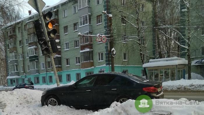 В Кирове в результате ДТП BMW врезался в светофор