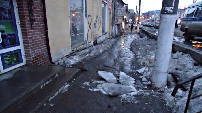 Снег упал на 53-летнего мужчину в центре Кирова