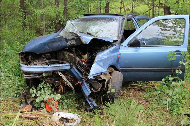 Иномарка съехала с трассы и врезалась в дерево