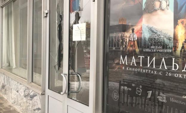 """В Кирове мужчина разбил стеклянные двери """"Колизея"""" из-за фильма """"Матильда"""""""