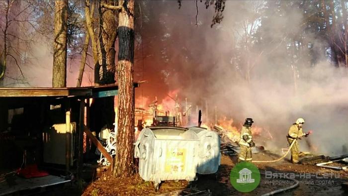 Утром в Кирове вспыхнул пожар на территории комплекса «Заповедник сказок»