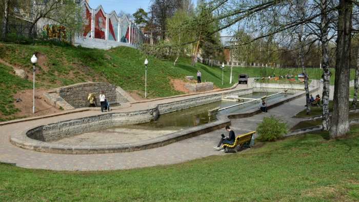 В сквере 60 лет СССР ремонтируют фонтан