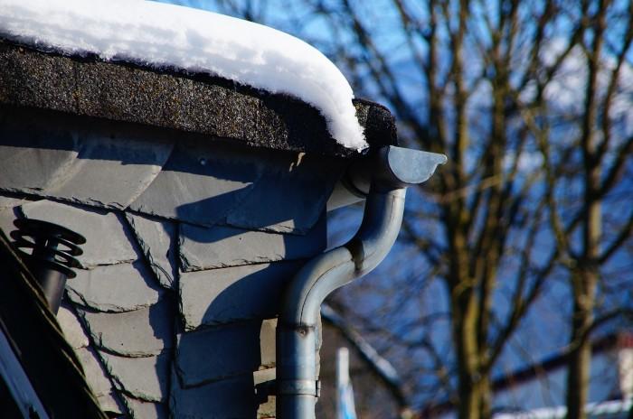 В Кирове на детскую коляску упал снег