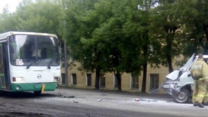 В Коминтерне произошло лобовое столкновение «Фольксвагена» и рейсового автобуса