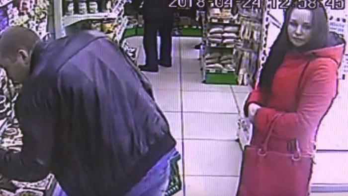 Полиция разыскивает мужчину и женщину, ограбивших кировский магазин (видео)