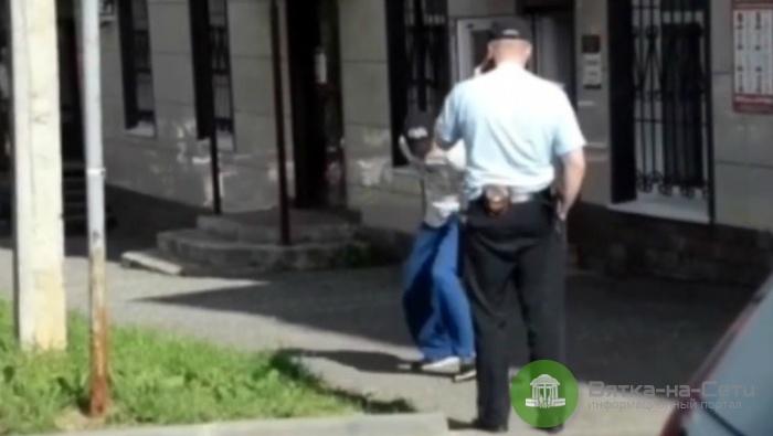 Появилось видео, как слободской депутат роняет муляж гранаты под ноги полицейскому