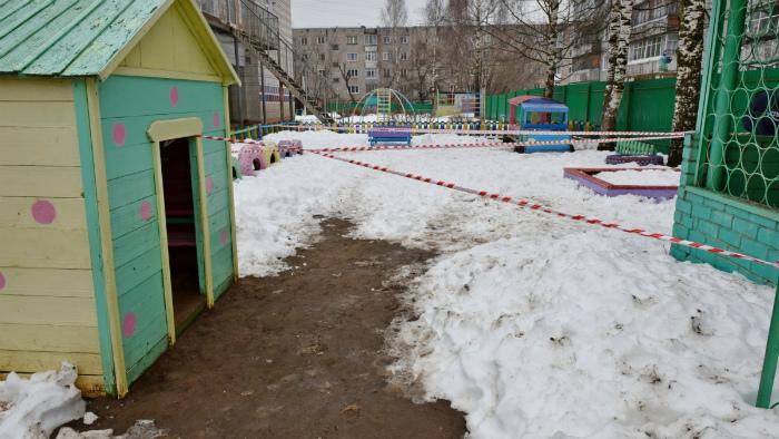 По факту падения ребенка в яму в детсаду заведено уголовное дело