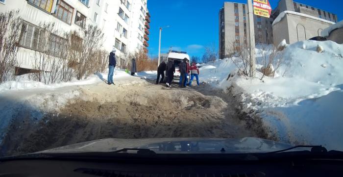 """УК, допустившую появление """"снежной пробки"""", в которой застряла машина скорой помощи, могут привлечь к ответственности"""