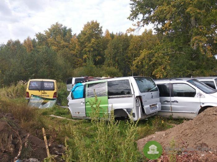 Жители Макарья жалуюся на свалку с микроавтобусами